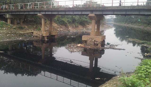 Sông hồ Hà Nội đang bị bức tử như thế nào